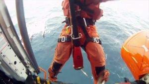 Jour 2 - Helitreuillage de R. Jourdain et L. Lemonchois par la Marine Espagnole - Transat Jacques Va...